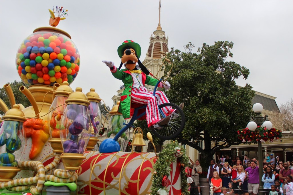 Disney-World-Magic-Kingdom-Mickeys-Christmas-Parade-Goofy--1024x682