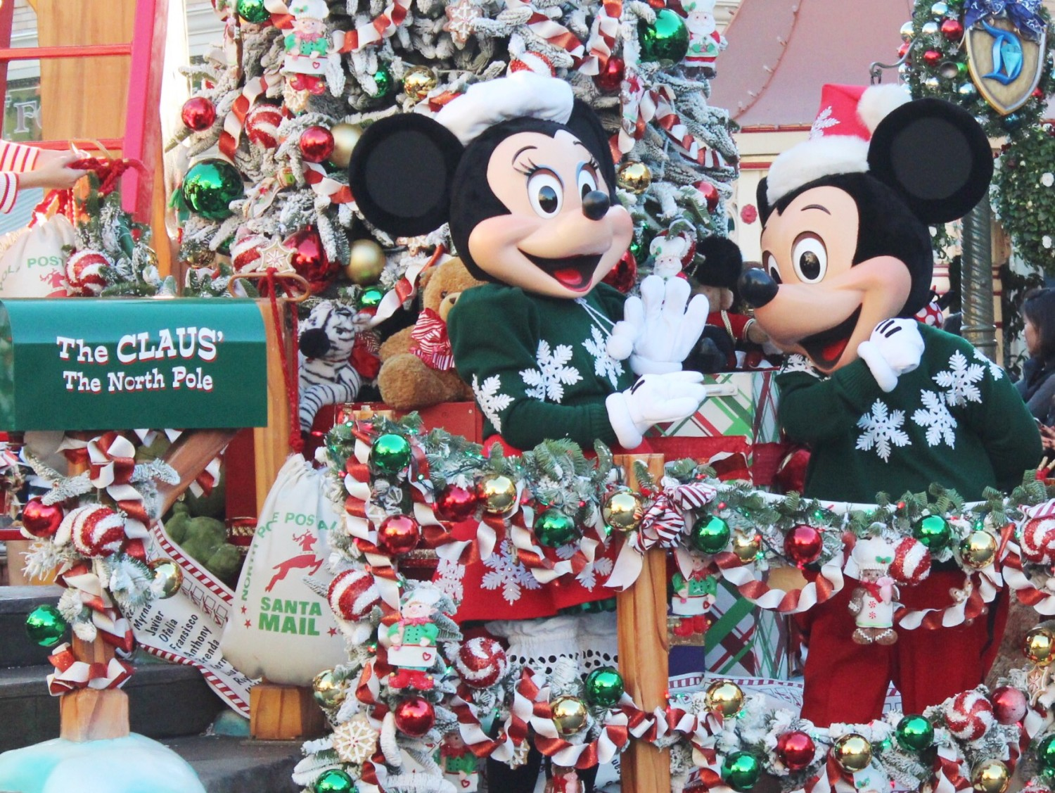 Christmas Minnie Mouse Disneyland.Disneyland During The Holidays Simply Sinova